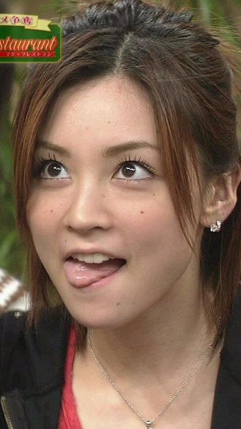 吉澤ひとみの舌出し