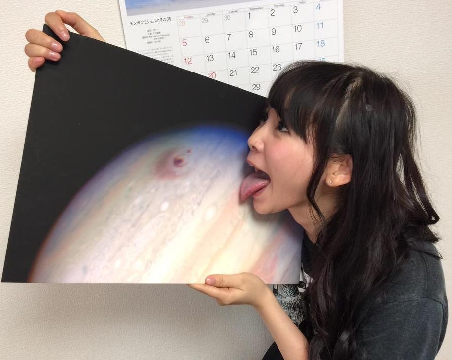 中川翔子のパネル舐め (1)