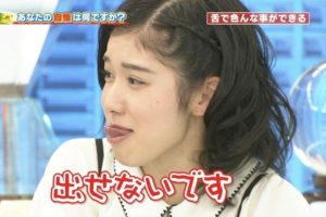 松岡茉優の舌出し (2)
