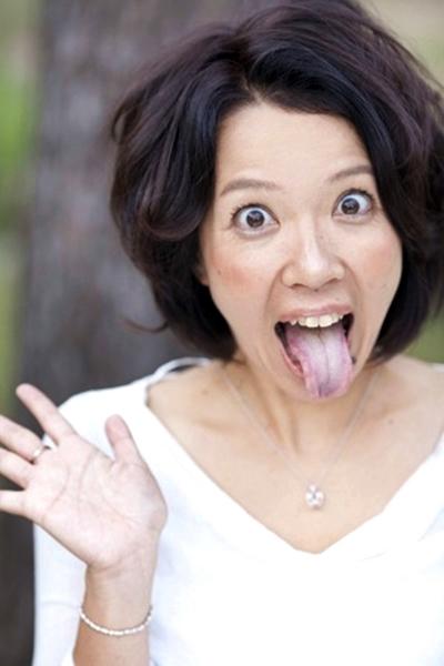湯川カナの舌出し