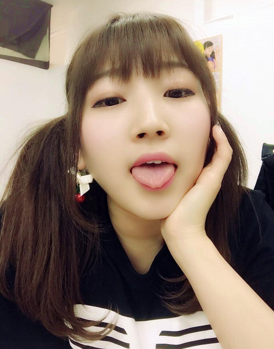 キャンストネオJURIの自撮り舌出し (4)