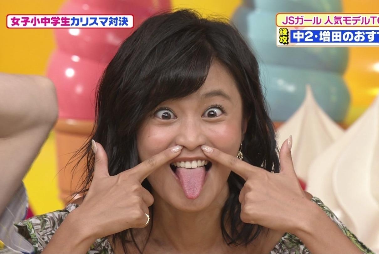 小島瑠璃子のガッツり舌出し (1)