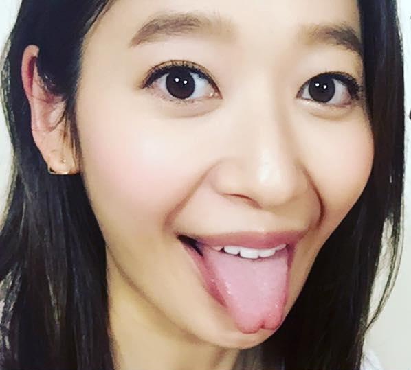 吉田明世の舌出し (2)