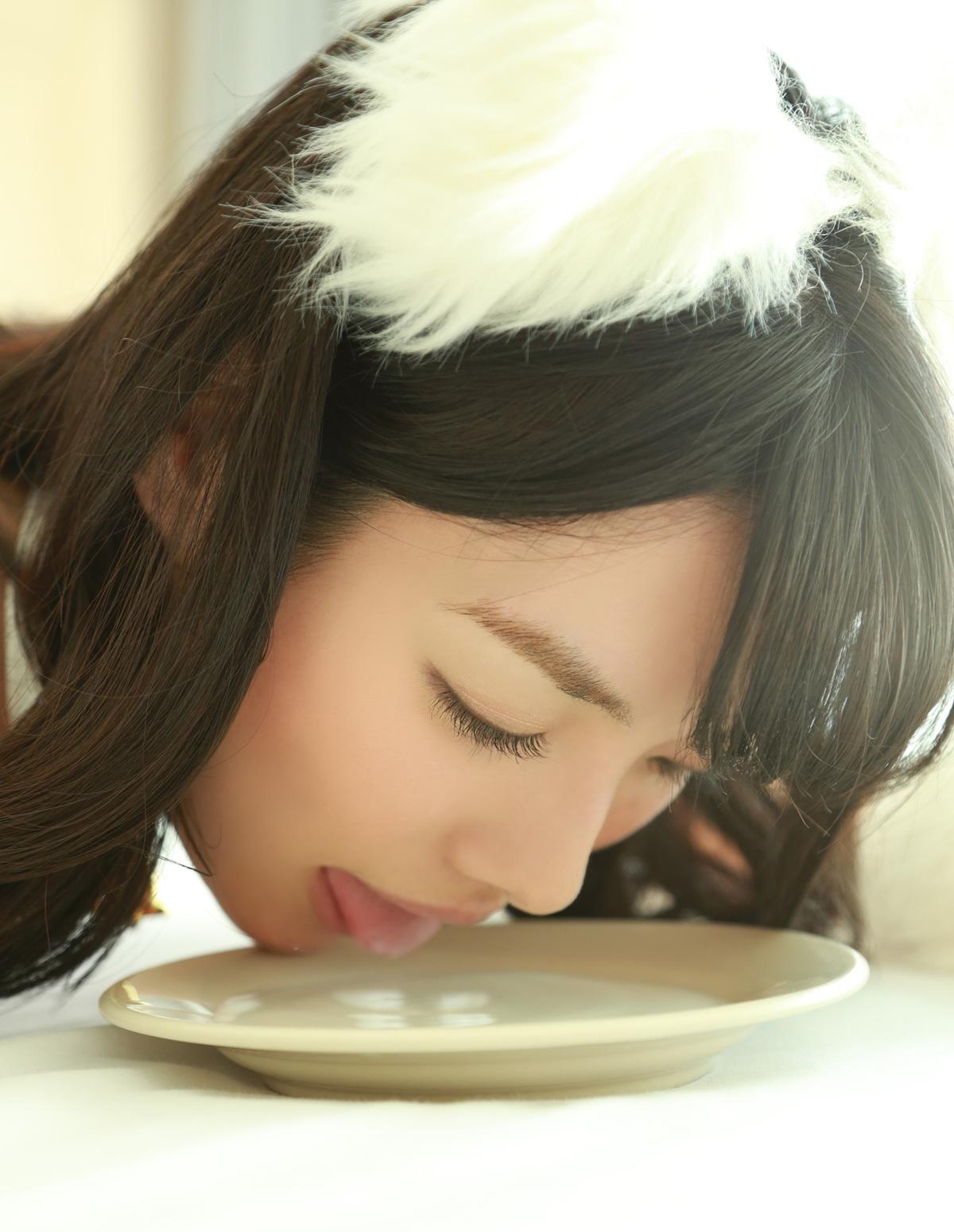今野杏南の舌出しミルク舐め (2)