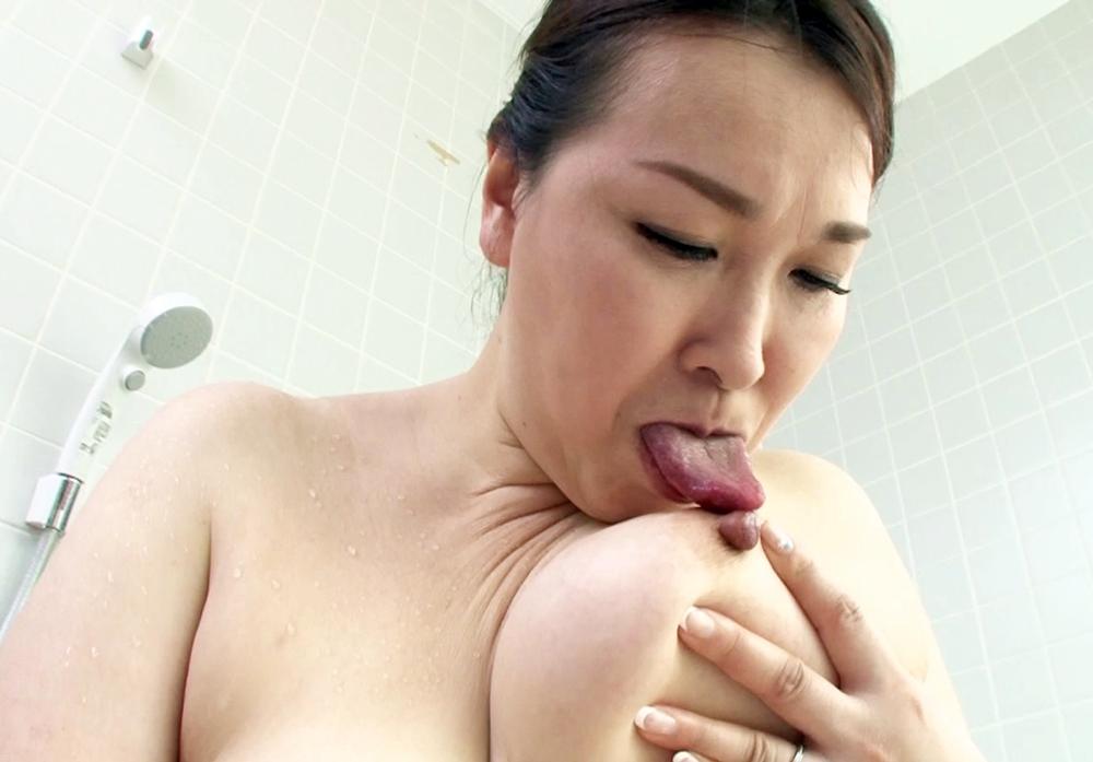 中村富士子のセルフ乳首舐め