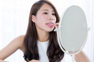 舌を見る女性
