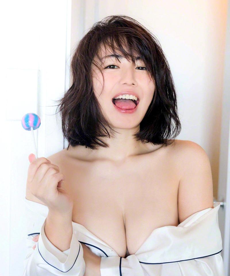 磯山さやかの舌出しグラビア (2)