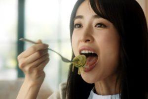 泉里香の食事舌 (2)
