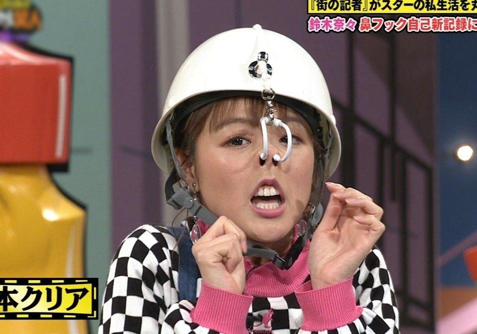 鈴木奈々の鼻フック舌見せ (1)
