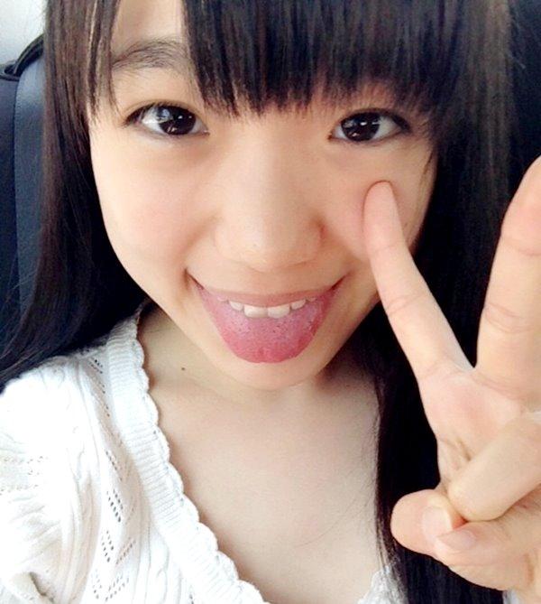 伊藤千由李の舌出し (1)