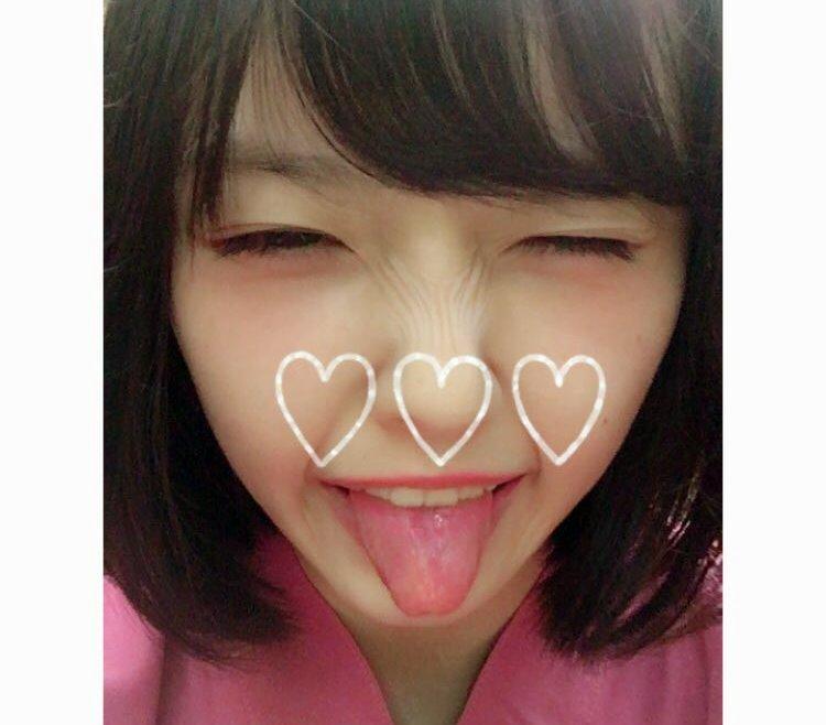 加藤小夏の舌出し (2)