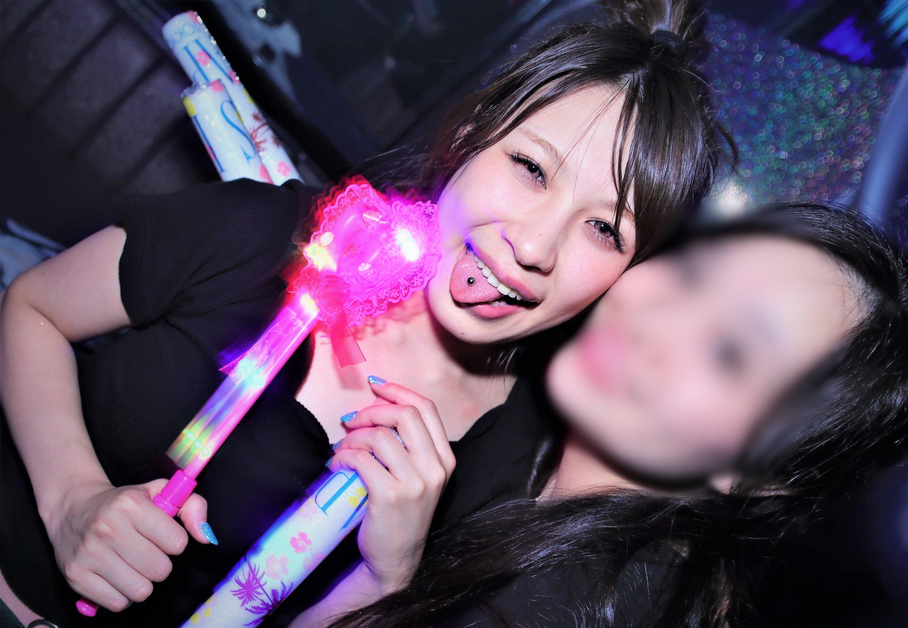 クラブギャルの舌出し (3)