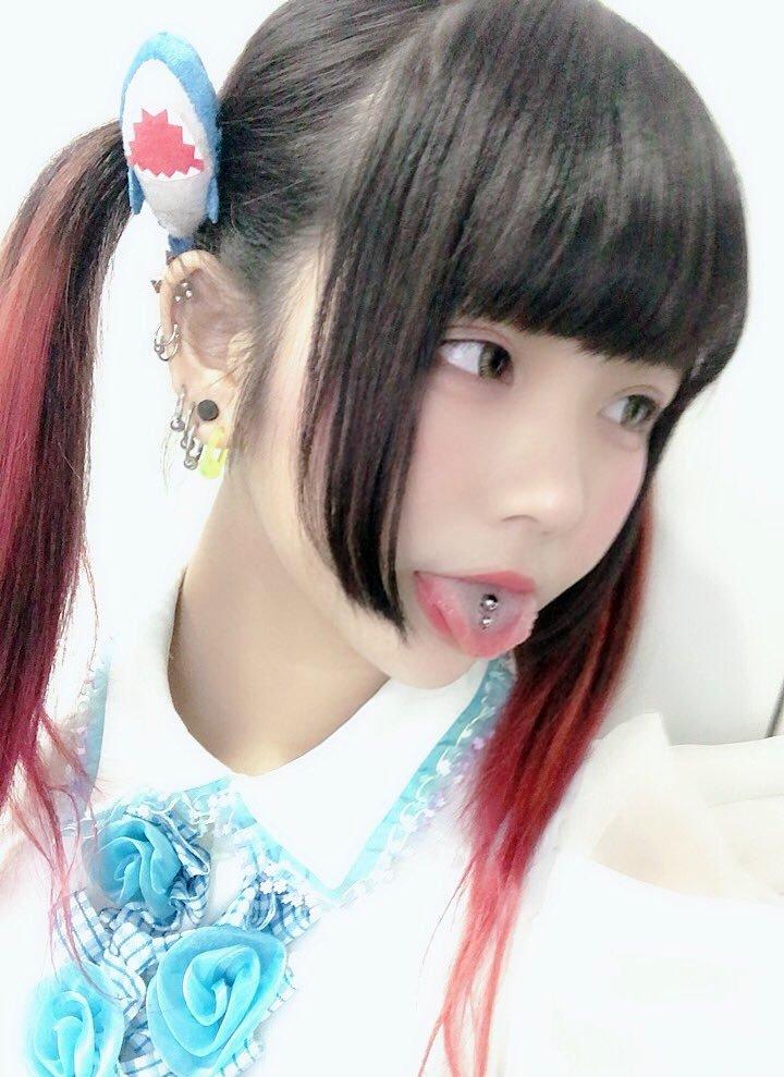 姫唯梨なのの肉厚ピアス舌 (3)