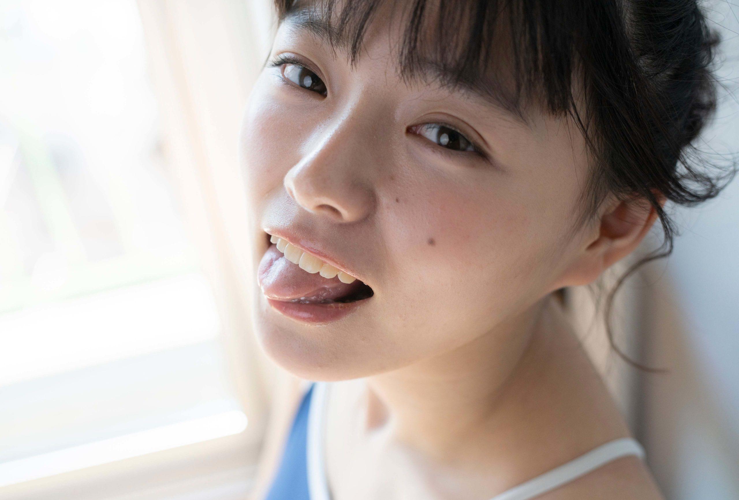 葉月つばさの舌出し (4)
