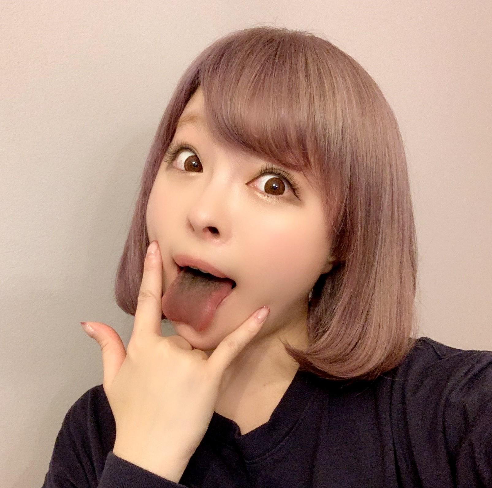 きゃりーぱみゅぱみゅの舌出し (1)