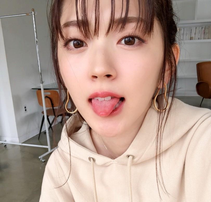 鈴木愛理の舌出し (4)